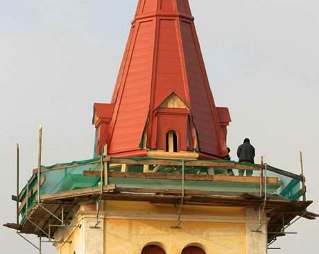 Bohutický kostel má opravenou červenou věž