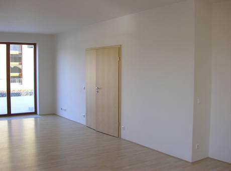 Obývací prostor propojený dvoukřídlými dveřmi s předsíní - velmi