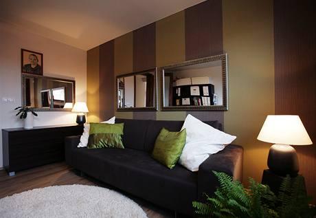 Pracovna a pokoj pro hosty - vlastnoručně nalepené vliesové tapety doplňují dvě zrcadla z výprodeje za 120 Kč!