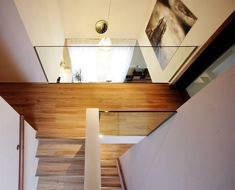 Silné sklo zábradlí odlehčuje hmotu galerie