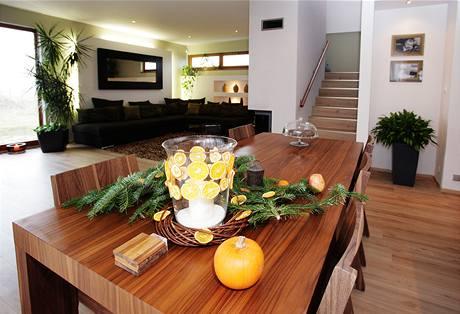 Velký stůl je centrem obývacího prostoru