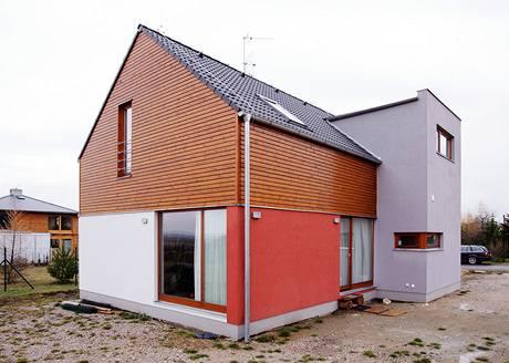 V těchto místech před domem bude dřevěná terasa