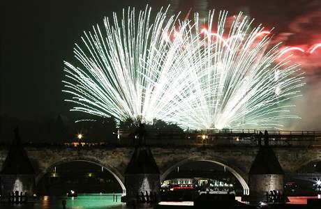 Každý z devíti obrazů pražského ohňostroje trval přesně 99 sekund. (1. ledna 2009)