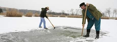 Rybáři v Jaroslavicích vysekávájí díry do ledu
