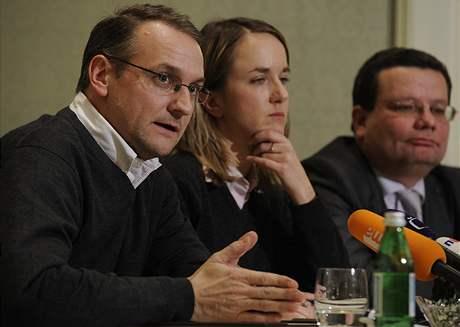 Václav Bartuška (vlevo) a Alexandr Vondra (vpravo) na tiskové konferenci