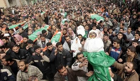 Palestinci nesou těla jednoho z členů vedení Hamasu Nízára Rijána a jeho rodiny, kteří byli zabiti při čtvrtečních izraelských náletech. (2. leden 2008)