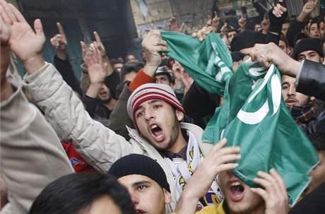 Přívrženci Hamasu během protestují ve městě Nablus v Západním břehu proti izraelské operaci v Gaze. (2. leden 2008)