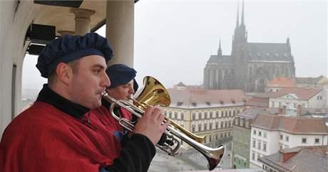 V jedenáct hodin na Nový rok 2009 zazněly z ochozu Staré radnice fanfáry.