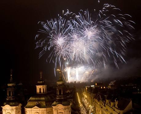 Tradiční pražský ohňostroj sledovaly desetitisíce lidí. (1. ledna 2009)
