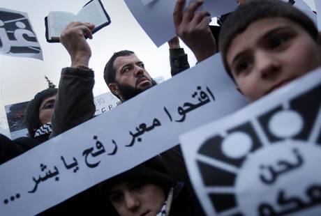 Demonstrace proti izraelským útokům na pásmo Gazy se uskutečnila před izraelskou ambasádou v Praze. (2.1.2009)