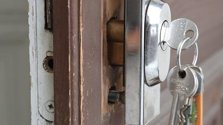 Pootočením klíče dostanete západku vložky do svislé polohy