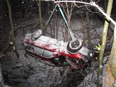 Vyprošťování subaru po nehodě na okraji Ostravy (4.1.2009)