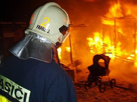 Po požáru našli hasiči v chatce čtyři mrtvé