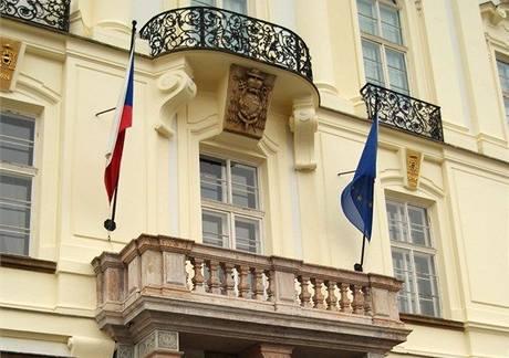 Vlajka ČR a EU na budově Pražského arcibiskupství (1. ledna 2009)