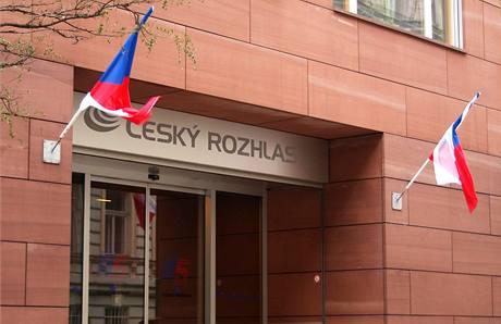 Na budově Českého rozhlasu zavlála jen vlajka ČR (1. ledna 2009)