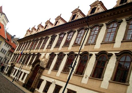 Na budově Senátu zavlála jen vlajka ČR (1. ledna 2009)