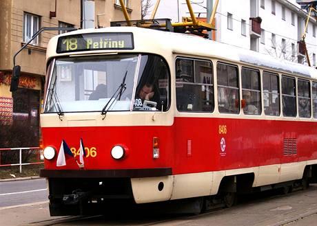 Pražské tramvaje ozdobily jen české praporky (1. ledna 2009)
