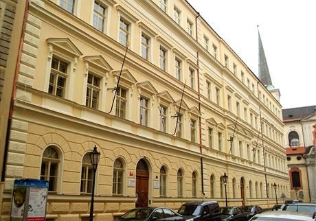 Na gymnáziu a ZŠ Malostranská nevlála ani česká ani unijní standarta (1. ledna 2009)
