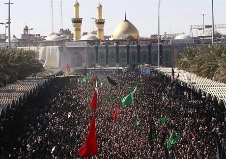 Tisíce poutníků mává šíitskými vlajkami běhm oslav svátku ašúra v irácké Karbale. (7. ledna 2008)
