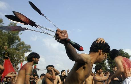 Pákistánští šíité se bičují čepelemi během oslav svátku ašúra v pákistánském Islámábádu. (7. ledna 2008)