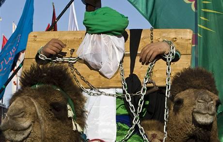 Oslava svátku ašúrá v Iránu. Muž předvádí scénu z bitvy u Karbaly z roku 680, během níž mučednicky zemřel imám Husajn. (7. ledna 2008)