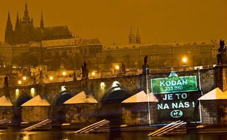 Greenpeace pirátským promítáním chtěla reagovat na některé výroky euroskeptických a klimaskeptických politiků. (7. ledna 2009)
