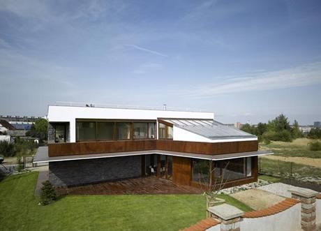Zvýšená část obývacího pokoje je kryta pultovou střechou