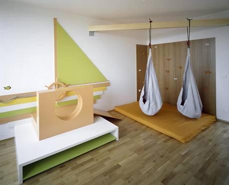 Děti si zvolily jako téma loď, nábytek je vyrobený podle návrhů architektky Petry Krausové z MDF desek