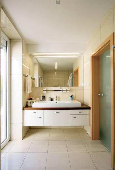 Koupelna je obložena obklady a dlažbou ve stejném dekoru i formátu