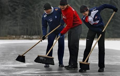 Zleva Milan Sáblík, Karolína Erbanová a Martina Sáblíková pomáhají s přípravou závodní dráhy na Černém rybníku u Studnic na Chrudimsku.