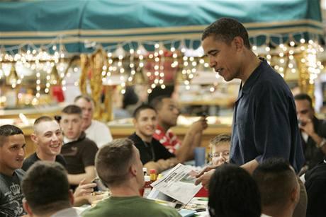 Barack Obama při štědrovečerní večeři na vojenské základně na Havaji.