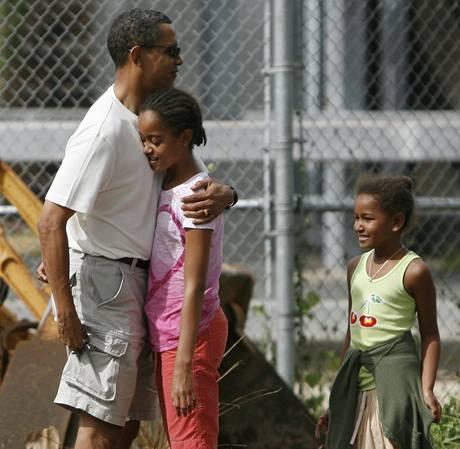 Barack Obama objímá před zoologickou zahradou v Honolulu svoji dceru Maliu.