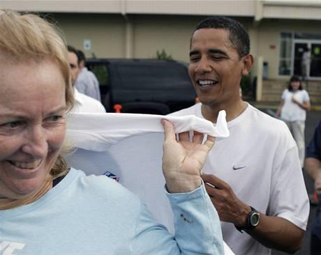Barack Obama dává autogram náhodným kolemjdoucím.