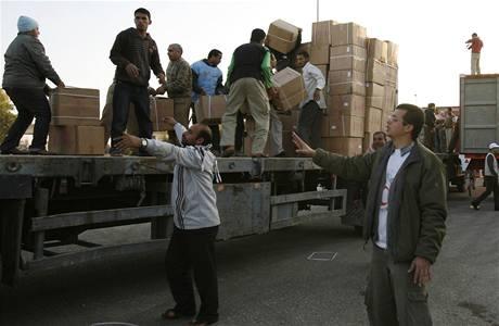 Humanitární pomoc čeká ve městě Rafáh na hranicích Egypta s pásmem Gazy.