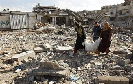 Palestinci z pásma Gazy sbírají zbytky svých věcí v rozbombardovaném domě v Rafáhu na jihu pásma Gazy.