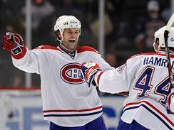 Robert Lang (vlevo) se raduje se svým montrealským spoluhráčem Romanem Hamrlíkem z jednoho ze svých tří gólů v zápase na ledě Rangers.
