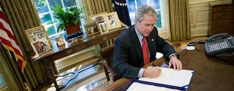 George Bush podepsal v říjnu 2008 zákon o pomoci finančnímu systému