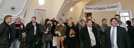 Umělci a brněnští členové ODS podpořili obviněnou Dagmar Hrubou - v popředí MIlan a Leo Venclíkovi (vpravo)