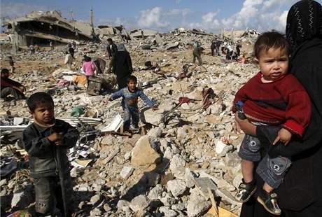 Palestinci v pásmu Gazy u svých zničených domovů (18. leden 2009)