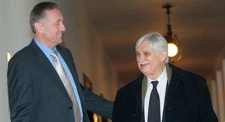 Jiří Dienstbier v doprovodu Mirka Topolánka na jednání vlády o misích (19. ledna 2009)