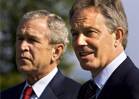 Tony Blair a George Bush.