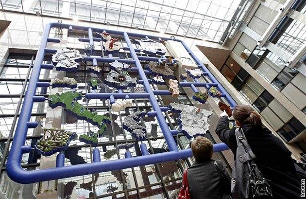 Lidé si v Bruselu prohlí�ejí provokativní plastiku Entropa od výtvarníka Davida �erného (12. ledna 2009)