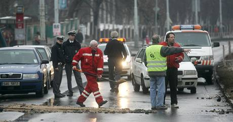 Prasklý vodovod zastavil dopravu na Patočkově ulici v Praze Břevnově. (18. ledna 2009)
