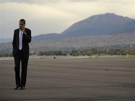 Barack Obama telefonuje při prezidentské kampani v Nevadě