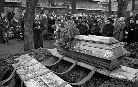 Evangelický farář Jakub S. Trojan pohřbívá Jana Palacha; Olšany 25. 1. 1969.