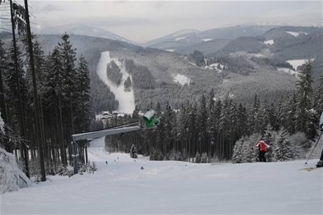 Sjezdovka Zbojnická 1 v lyžařském areálu Bílá v Beskydech, naproti je vidět druhá část areálu takzvaný Jih.