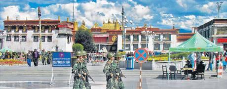 Čínští vojáci s prsty na spoušti patrolují před Džókchangem, nejposvátnějším chrámem Tibetu. Navozují jednoznačný obraz okupovaného území.