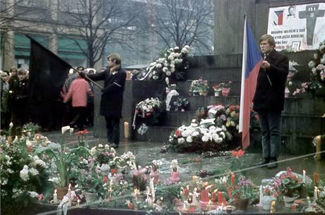 Čestná stráž studentů u sochy sv. Václava v den Palachova pohřbu (25. ledna 1969)
