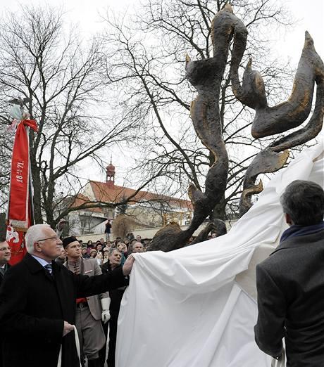 Prezident Václav Klaus odhaluje v Mělníku sochu nazvanou Pocta Janu Palachovi
