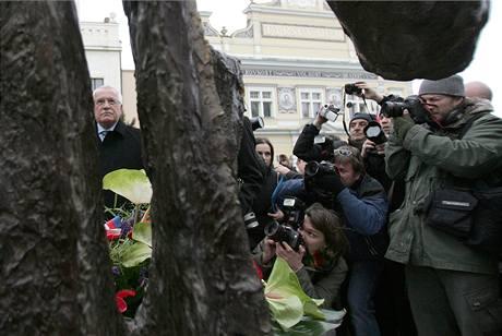 Prezident Václav Klaus odhaluje v Mělníku sochu nazvanou Pocta Janu Palachovi. Na snímku s představitelem Francie, Brunem Le Mairem (19. ledna 2009)